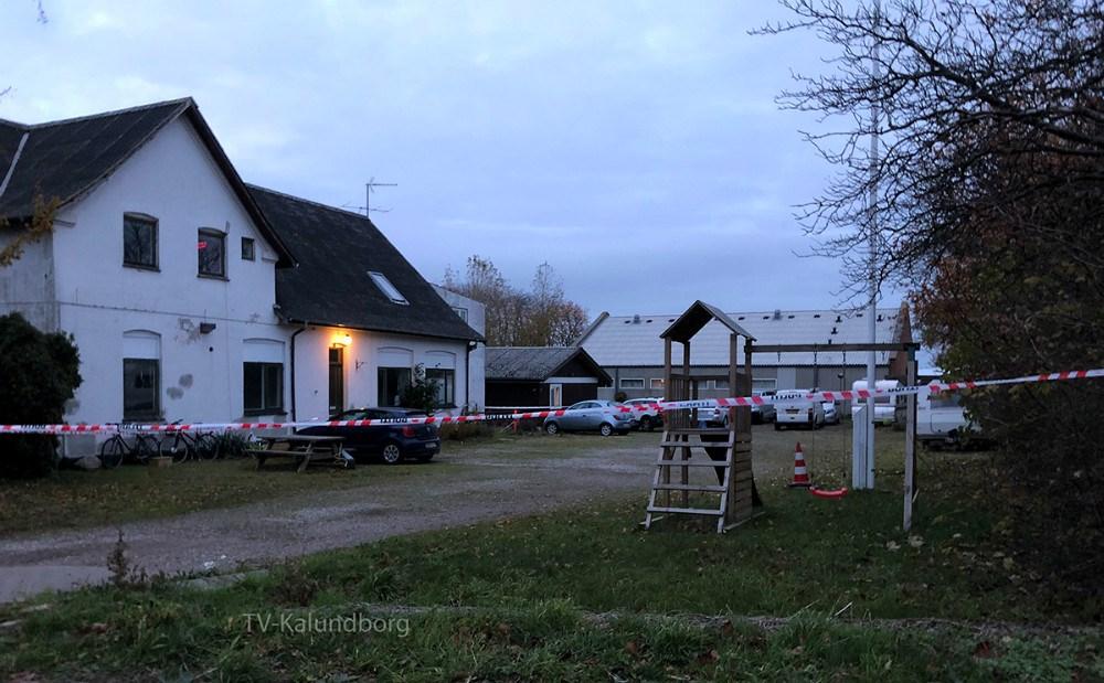 Politiet har afspærret ind til en ejendom i Ellede tæt ved Kalundborg, da de undersøger et mistænkeligt dødsfald. Foto: Gitte Korsgaard.