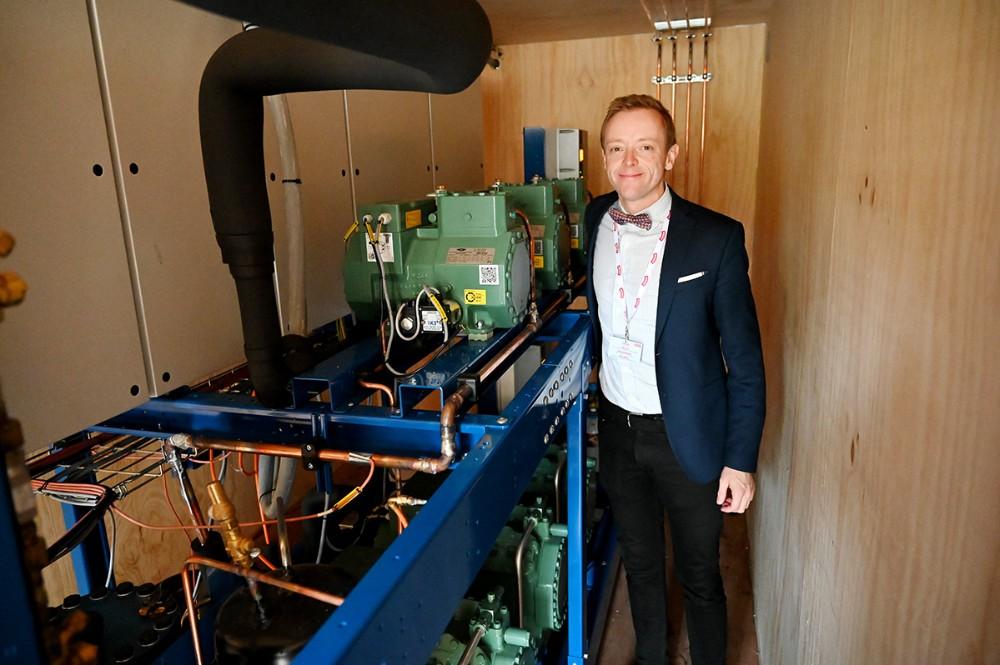 Peter Egebæk med det helt nye køleanlæg som skal trække fryserne i supermarkedet. Foto: Jens Nielsen