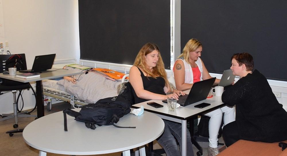 Eleverne er i fuld gang på 2. grundforløb af SOSU uddannelsen på Allikelund Gymnasium i Kalundborg. Foto: Gitte Korsgaard.