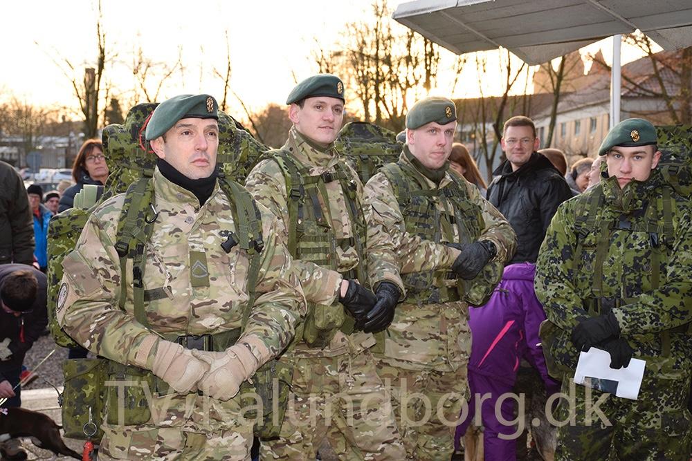 En gruppe kom i militæruniform og fuld oppakning for at deltage i julemærkemarchen. Foto: Gitte Korsgaard.