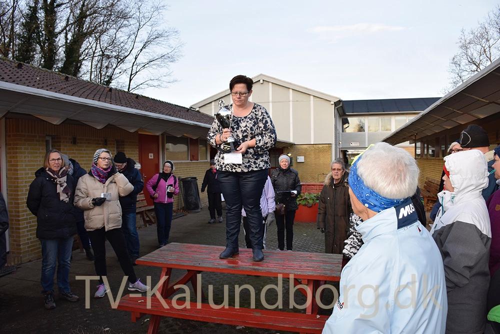 Gitte Nordbo Keller byder velkommen, overrækker præmie og sender folk af sted. Foto: Gitte Korsgaard