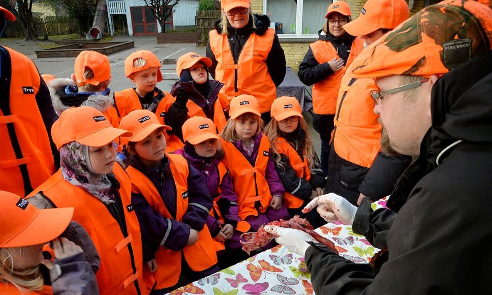 Benjamin Hansen forklarer om fasanen. Foto: Jens Nielsen