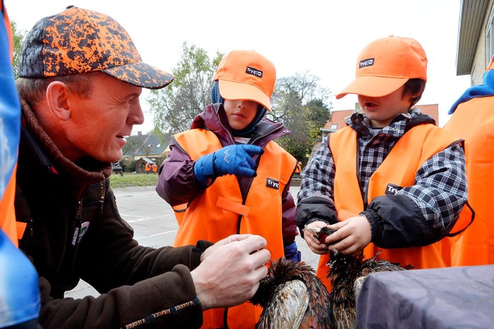 Hans Henrik Madsen forklarede børnene hvorfor fasanen ikke har tænder. Foto: Jens Nielsen