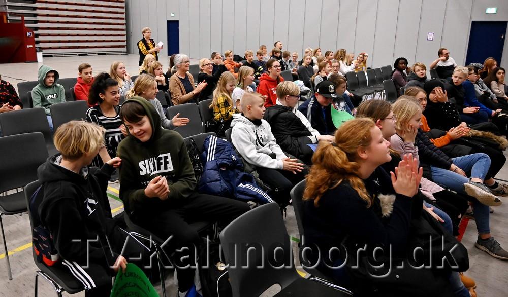 De elever der ikke var med på scenen heppede på kammeraterne. Foto: Jens Nielsen