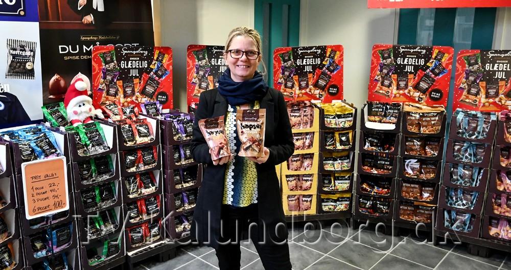 Line Sørensen, som er daglig leder på fabriksudsalget, er klar med masser af lækkerier til jul. Foto: Jens Nielsen