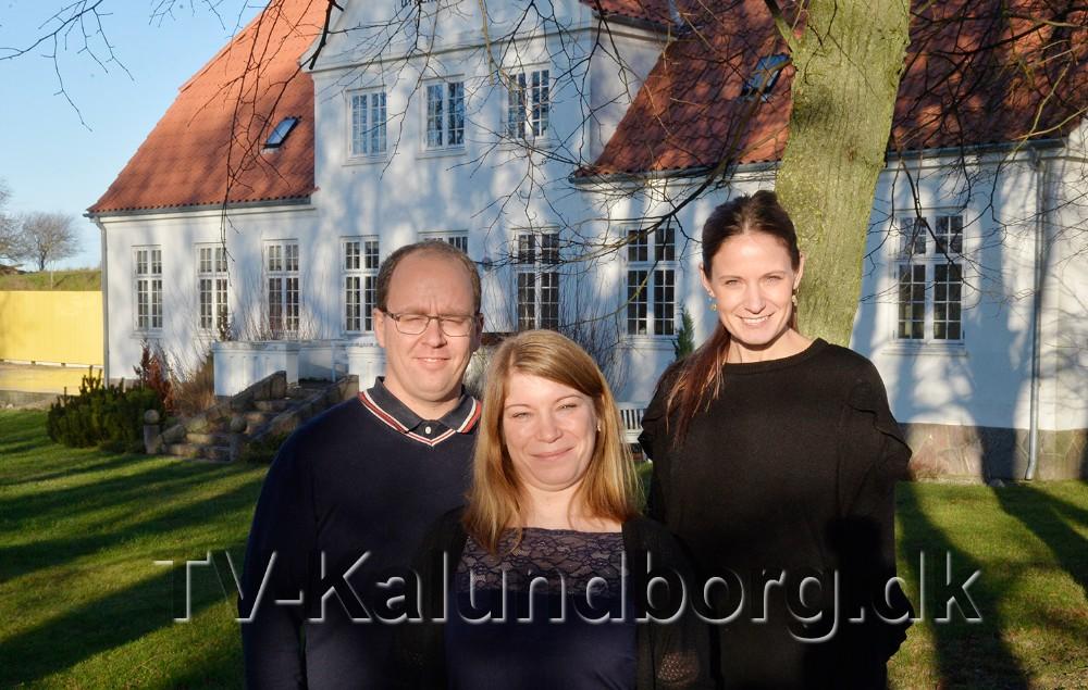 Ægteparret Katrine og Claus Birkemos Olsen, her sammen med Camilla Stenrand, butiksansvarlig på Dyrehøj Vingård. Foto: Jens Nielsen