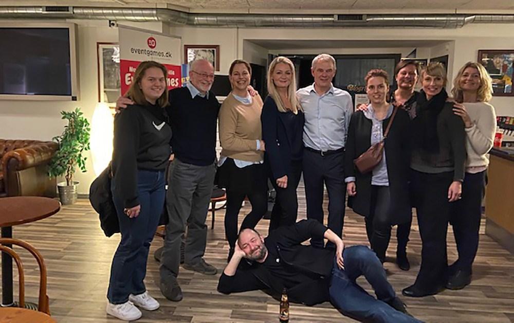 Stine Bolther, Jens Møller Jensen og Brian Sønder Andersen sammen med nogle af Stine Bolthers barndomsveninder fra byen.