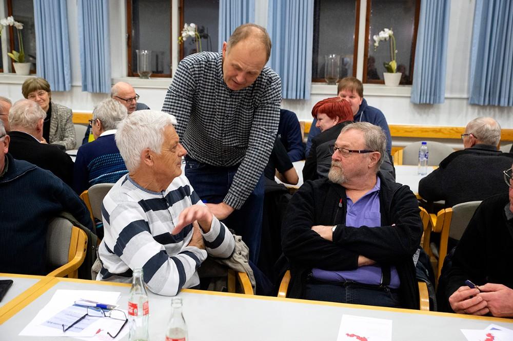 Martin Damm i snak med borgerne om ´Få det fikset´ puljen. Foto: Jens Nielsen