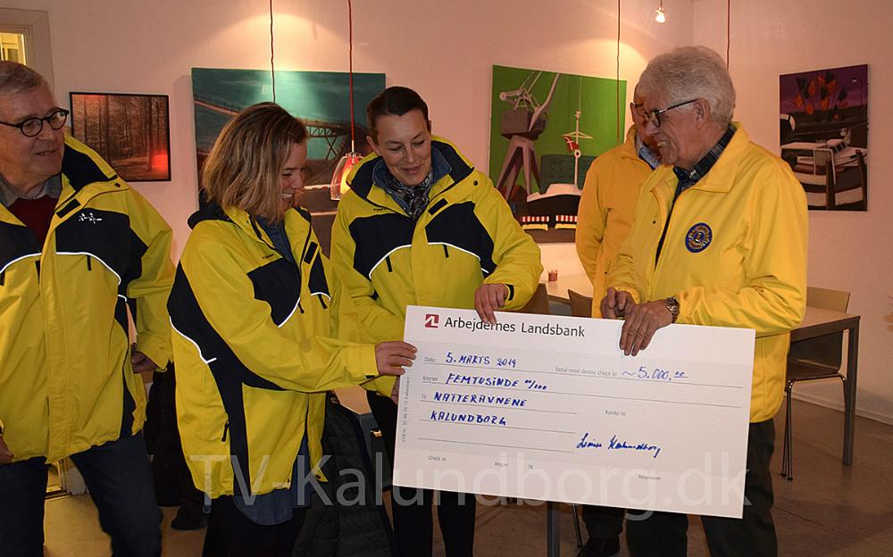 Lions Kalundborg overrakte tirsdag aften 5.000 kr. til Natteravnene i Kalundborg. Fra venstre: Peter Christiansen, Rikke Klarskov, Mette Vogel og Flemming Larsen. Foto: Gitte Korsgaard.