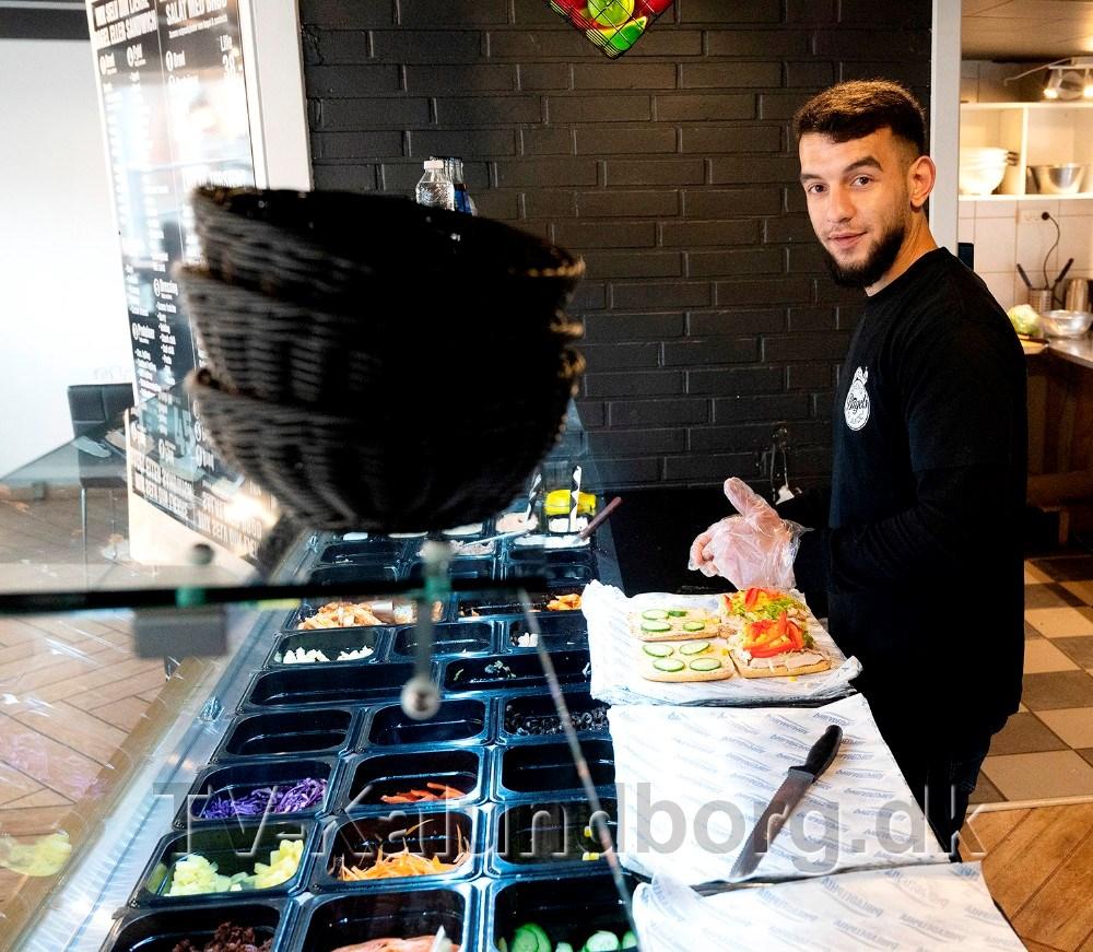 Mohammed Yousef i gang med at lave friske sandwich. Foto: Jens Nielsen