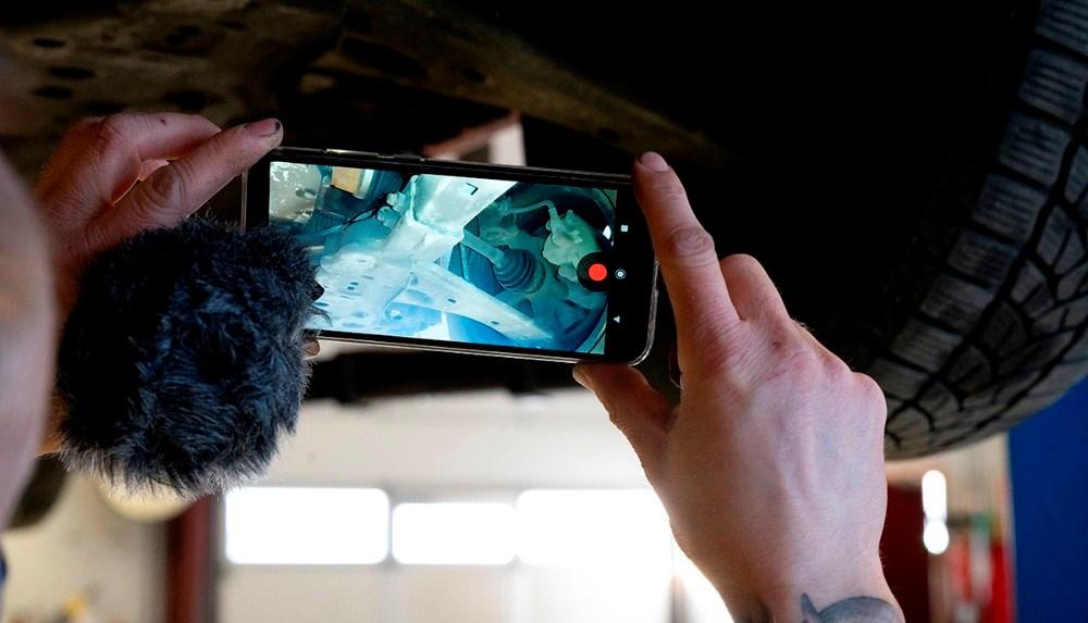 Med filmen kan kunden se hvordan bilens tilstand er underneden. Foto: Jens Nielsen