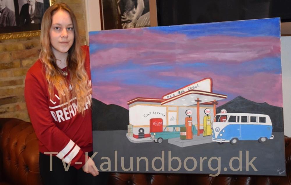 Line Sofie Skovgaard Larsen, der har  doneret to malerier til auktion, så Kino Den Blå Engel kan købe nye stole til biografen. Foto: Gitte Korsgaard