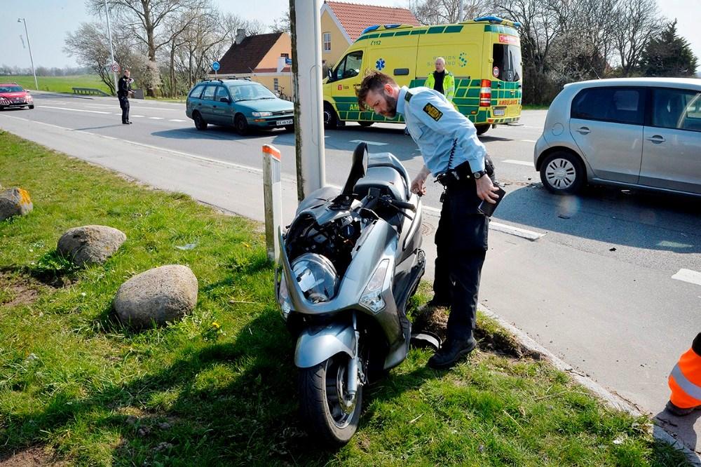 En mand på en motorcykel/scooter kørte op bag i en personbil. Foto: Jens Nielsen