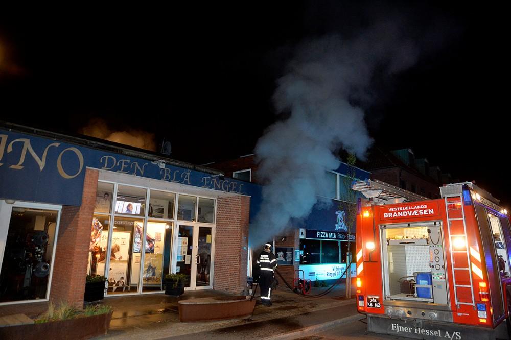 Kino Den Blå Engel blev fyldt med røg efter den voldsomme brand hos naboen, Pizza Mia, natten til søndag. Foto: Jens Nielsen
