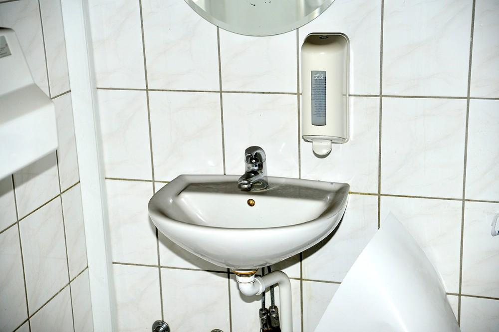 Alt er sort, her et kik ind på et af toiletterne. Foto: Jens Nielsen