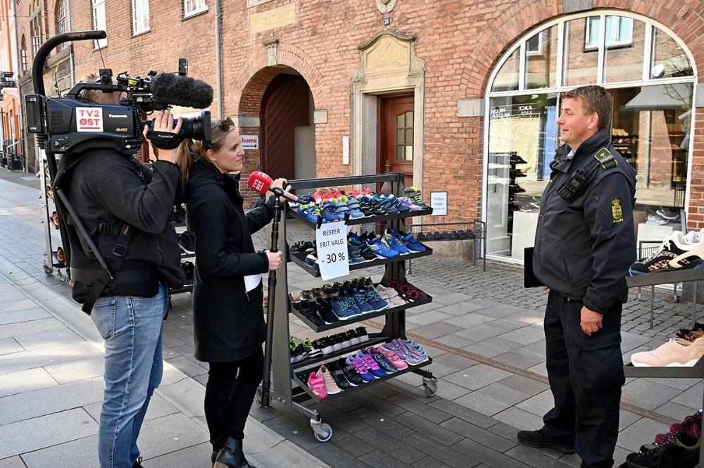 TV2 Øst fulgte med Peter Holm rundt i Kordilgade. Foto: Jens Nielsen