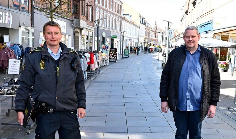 Lokalbetjent Peter Holm i Kordilgade, her sammen med formand for Vores Kalundborg, Glenn Swärd. Foto: Jens Nielsen