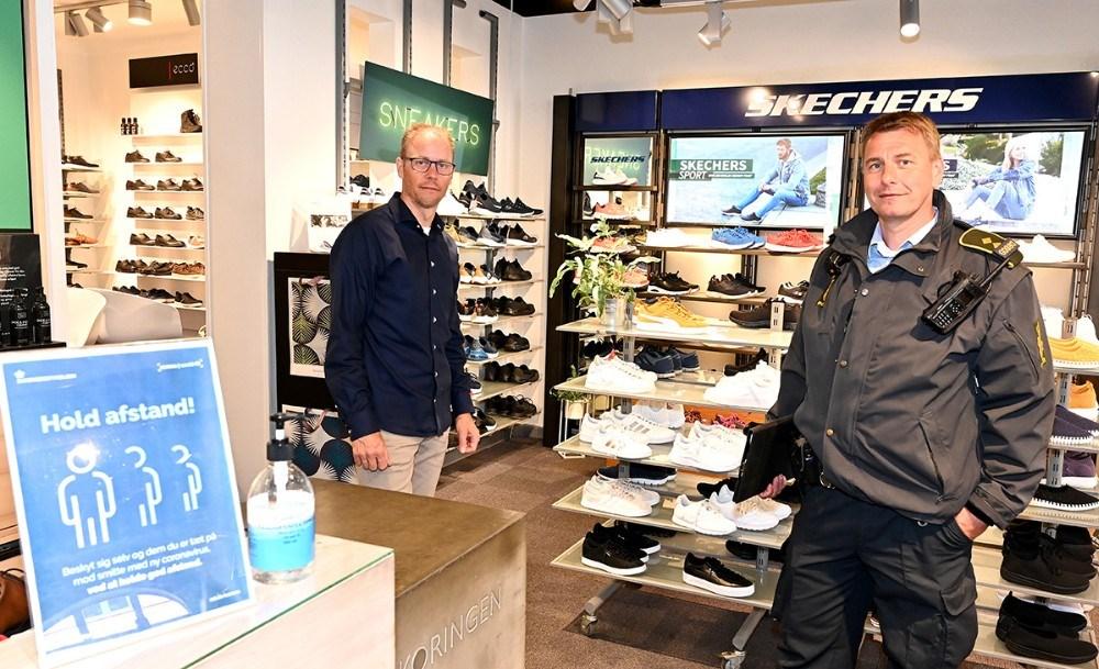 Peter Holm på besøg i Skoringen, også her var alt i orden. Til venstre, Michael Jørgensen, Skoringen. Foto: Jens Nielsen