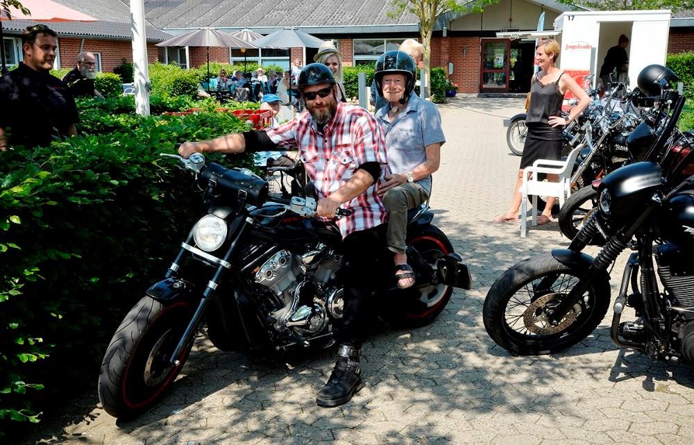 Jens Ove Larsen fik en tur bag på en af de flotte motorcykler. Foto: Jens Nielsen