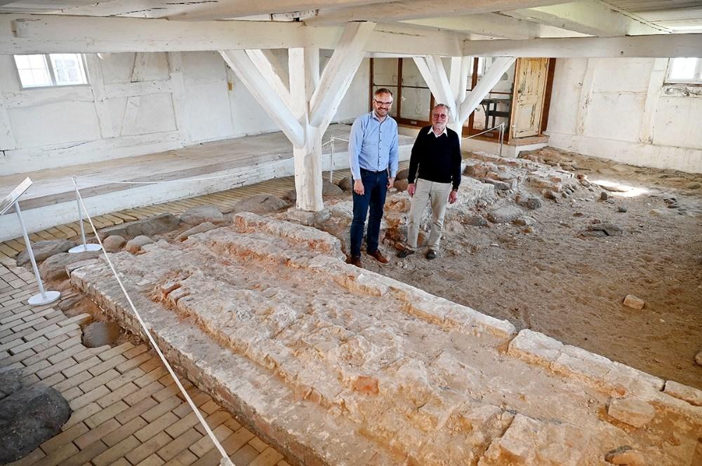 Eskil Vagn Olsen og Hans Kurt Jørgensen i vest længen på Lindegården, hvor rester af den gamle bymur stadig kan opleves. Foto: Jens Nielsen