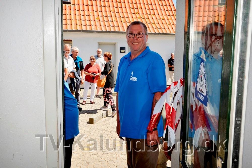 Mads Demant klippede båndet og erklærede udstillingen for åben. Foto: Jens Nielsen