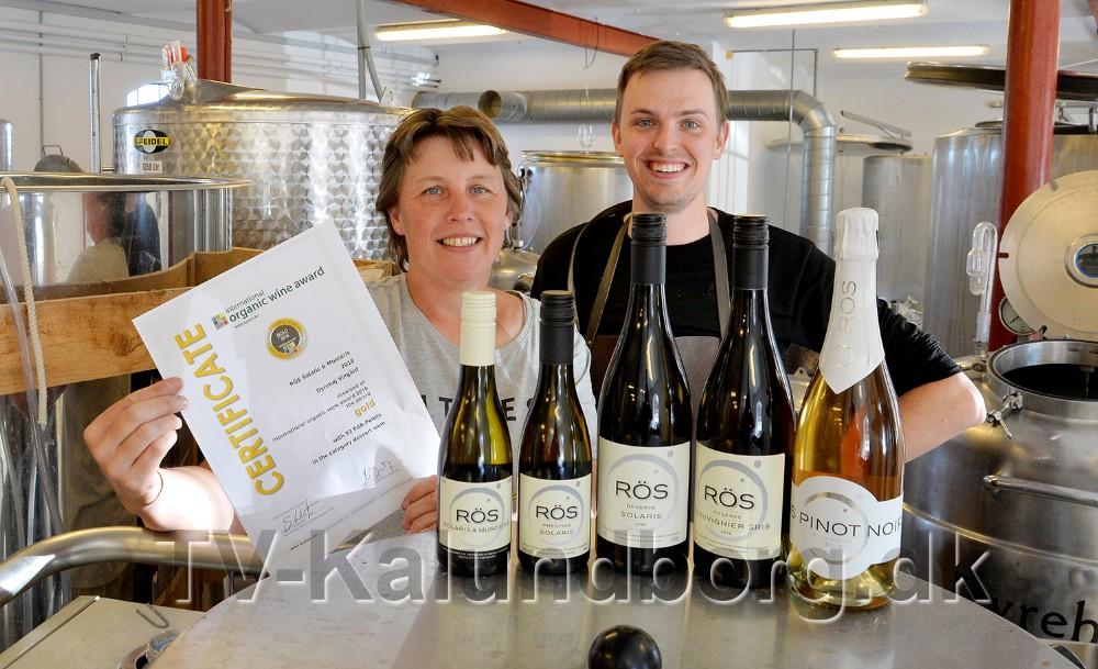 Betina Newberry og vinmager Zachary Brierly med de fem vine som har opnået medaljer. Foto: Jens Nielsen