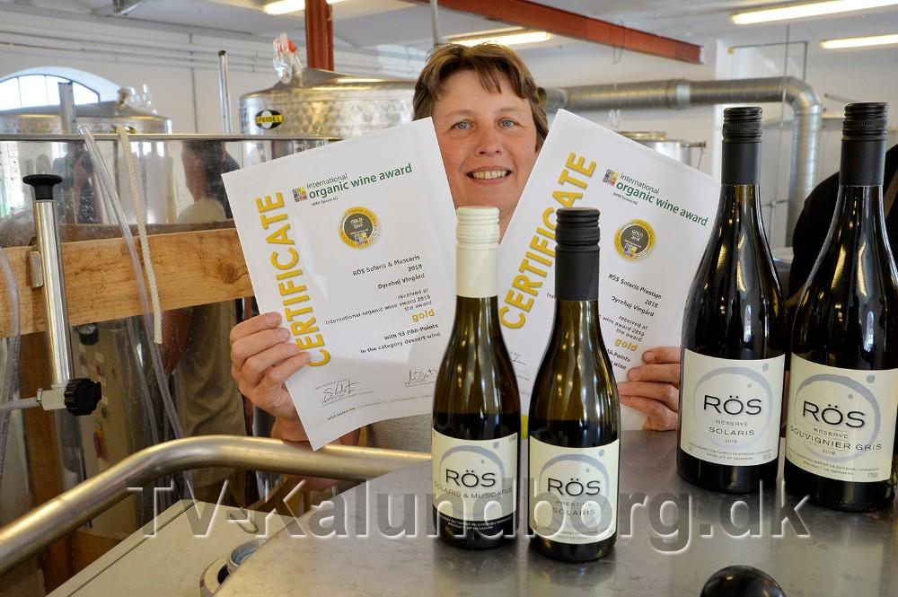 VinbondeBetina Newberry med beviset på at de to dessertvine har modtaget hver en guldmedalje. Foto: Jens Nielsen