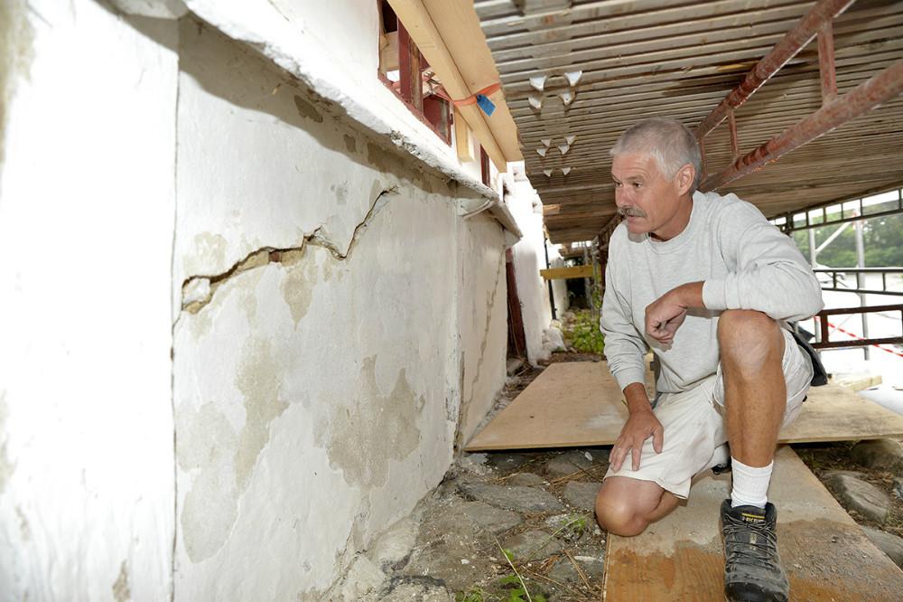 René Rohde ser på de lerklinede vægge. Foto: Jens Nielsen