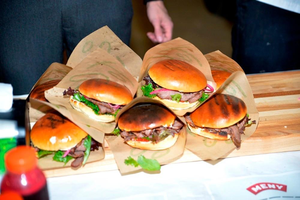 Efter løbet er Meny klar med lækre burgere.  Foto: Jens Nielsen