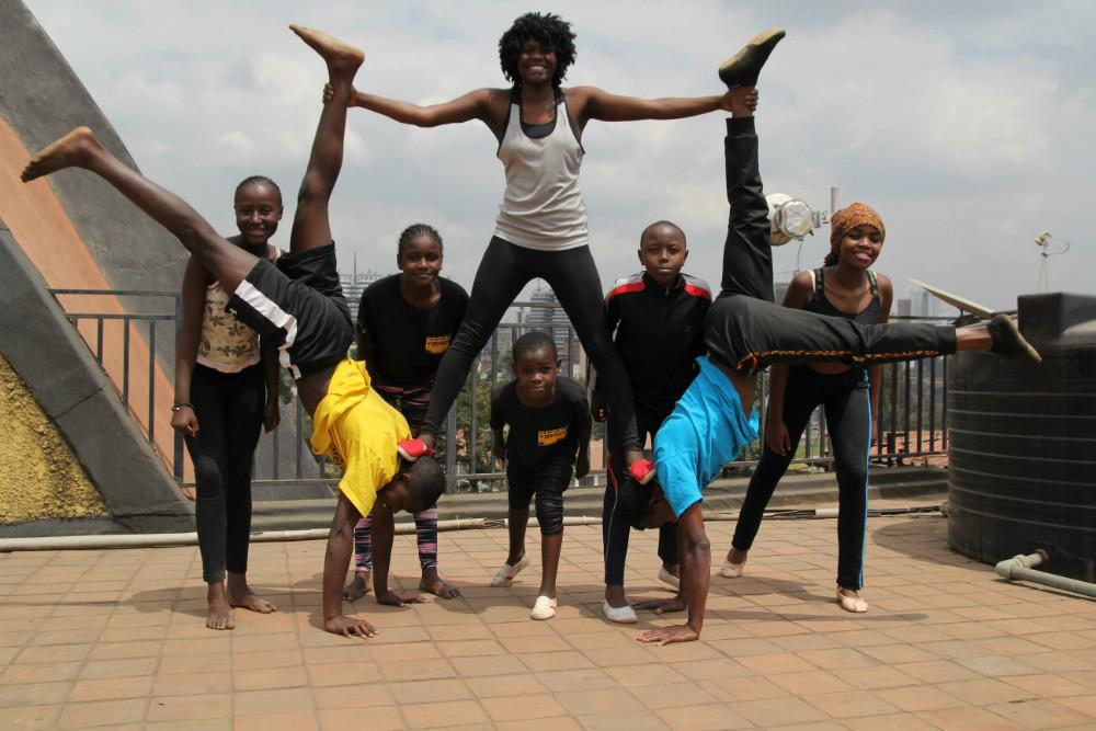 Elever på skoler i Kalundborg Kommune får besøg af en trup unge akrobater og dansere fra Kenya. De optræder bl.a. på Skolen På Herredsåsen den 21. september kl. 14, hvoralle ervelkomne.