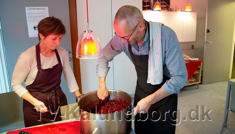 Her to af kommunens direktører, Mette Heidemann og Jan Lysgaard Thomsen i gang med at smage rødbedetataren til. Foto: Jens Nielsen
