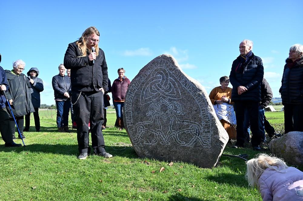 Runerister Røde Erik fortalte om runestenen. Foto: Jens Nielsen