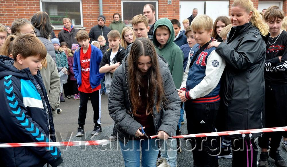 Alberte fra elevrådet fik lov at klippe snoren og åbne det nye anlæg. Foto: Jens Nielsen