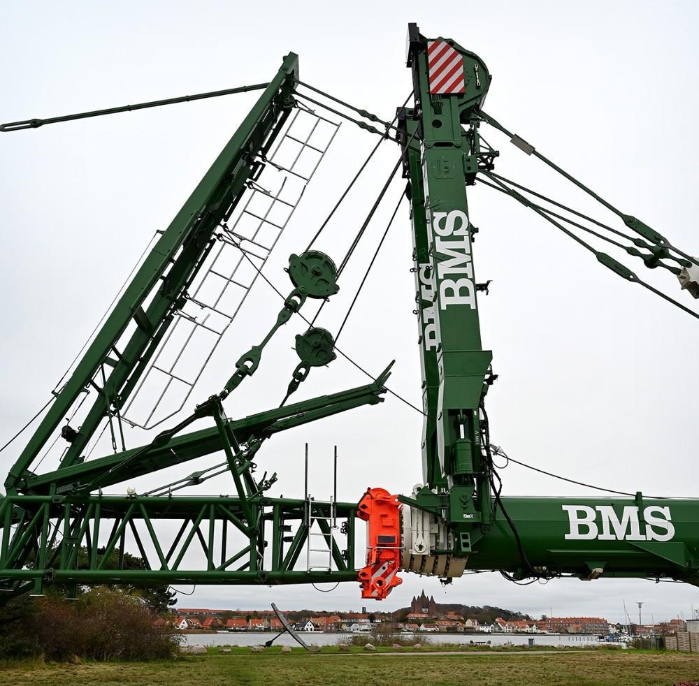 En kæmpe kran fra firmaet BMS gøres klar på Gisseløre. Foto: Jens Nielsen