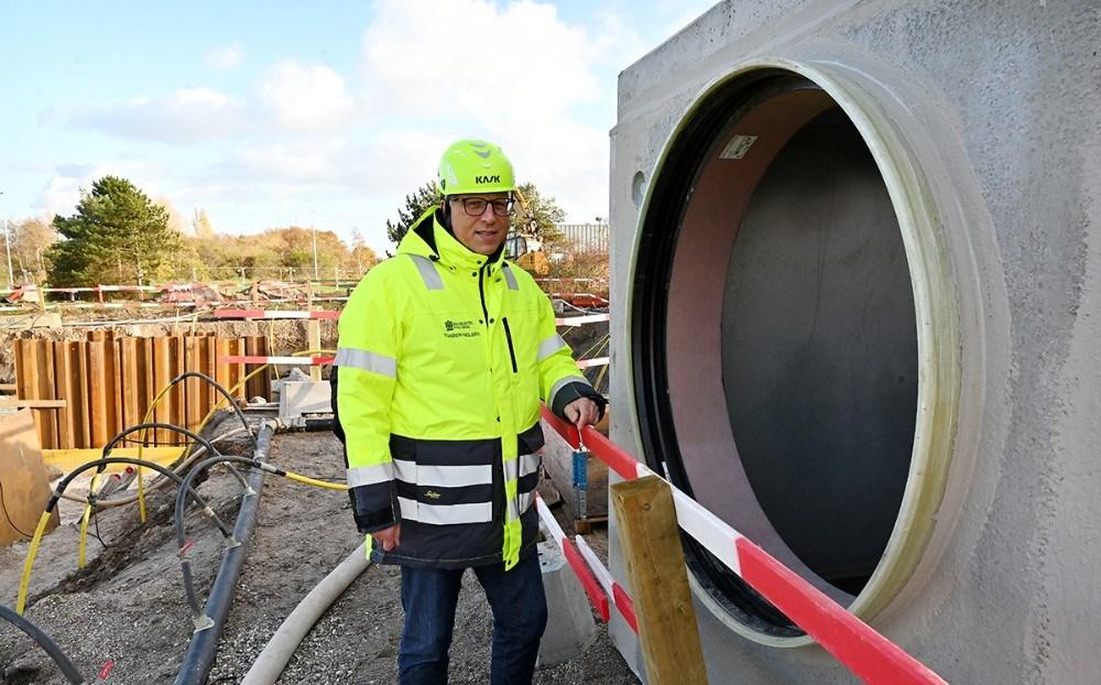 Her Torben Nielsen ved et af de store rør som er 100 cm. i diameter. Foto: Jens Nielsen