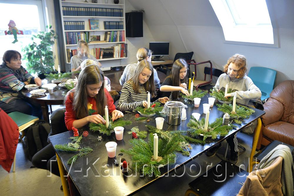 Eleverne hjalp med at lave juledekorationer til søndagens julemarked. Foto: Jens Nielsen