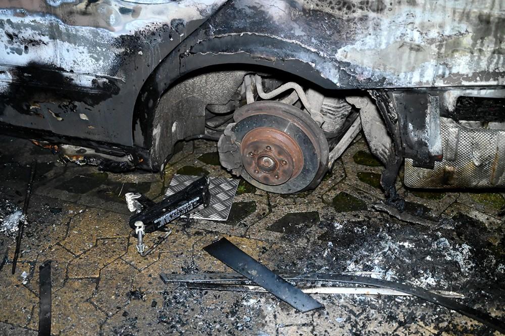 Det ene hjul manglede på den nu udbrændte bil. Foto: Jens Nielsen