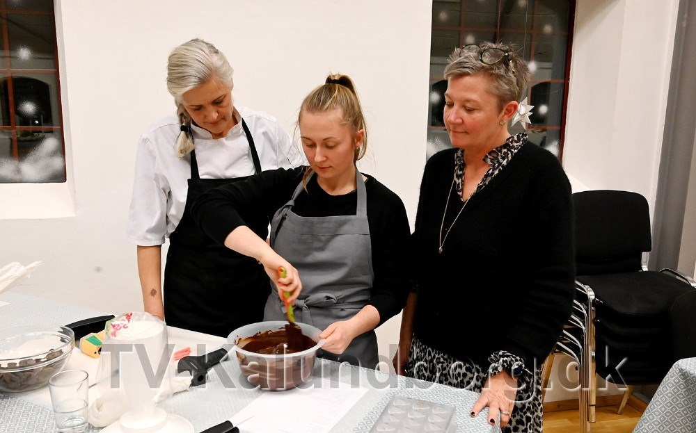 Andrea Søllested, til venstre,ser til at det går rigtigt til, til højre Tina Thrysøe fra Café Dyrehøj. Foto: Jens Nielsen