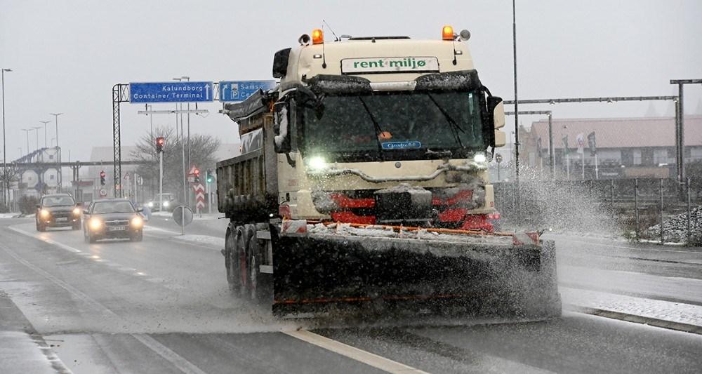 Sneplove og saltsprede var sendt på gaden i forbindelse med snevejret. Foto: Jens Nielsen