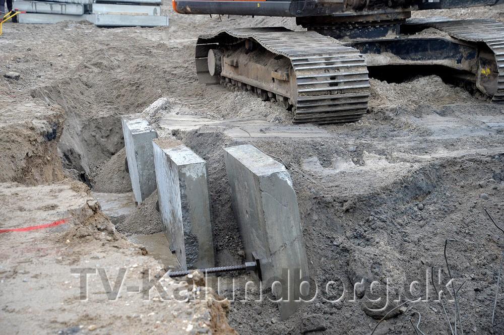 De store ankerblokke graves ned i jorden og forbindes med en jernstang til kajvæggen. Foto: Jens Nielsen