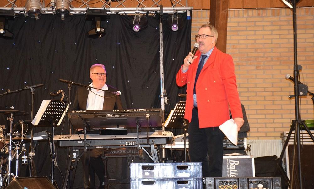 Formand for H.F. Vestsjællands Venner, Niels-Erik Sørensen byder velkommen med en sang. Foto: Gitte Korsgaard.