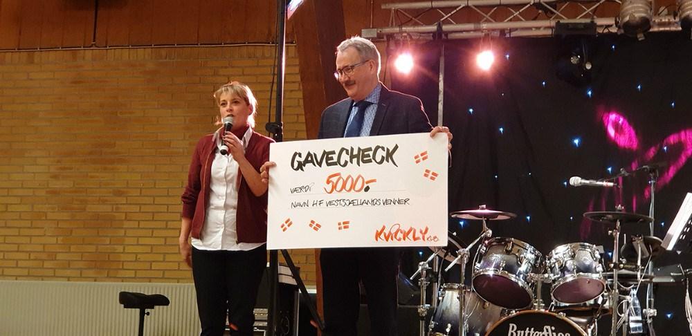 Varehuschef i Kvickly Kalundborg, Kirsti Thygesen, overrækker en check på 5.000 kr. til H.F. Vestsjællands Venner. Privatfoto.