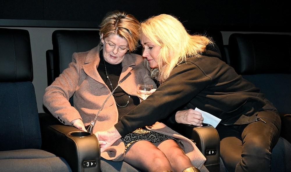 Biografejer Annette Sønder Nielsen havde travlt med at forklare gæsterne om de nye smarte stole i den nye biografsal. Foto: Jens Nielsen
