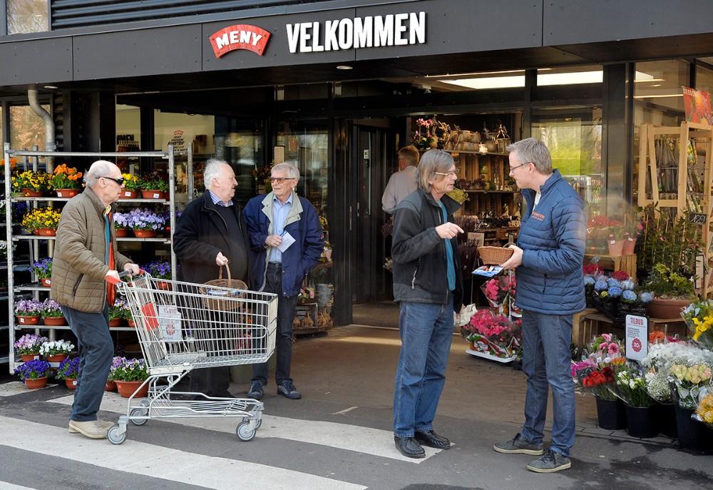 Jacob Jensen (V) startede sin valgkamp i går foran Meny. Foto: Jens Nielsen