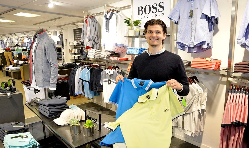 Der er masser af nyheder fra fx Hugo Boss, her Mikkel Thisgaard med et par af de nye t-shirt i friske farver. Foto: Jens Nielsen