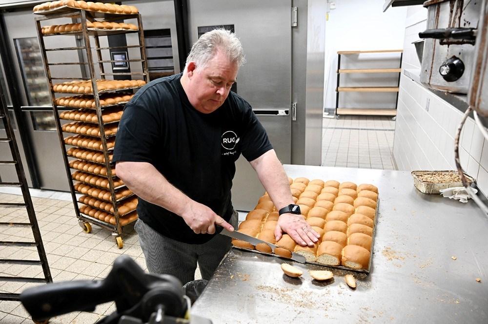 Bagermester Jan Alber og det øvrige personale i bagerafdelingen hos Meny Kalundborg har travlt med at bage hveder. Foto: Jens Nielsen