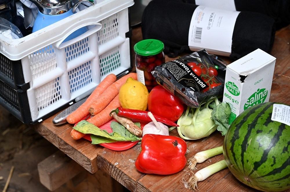 Deltagerne er med til at lave mad over bål. Foto: Jens Nielsen
