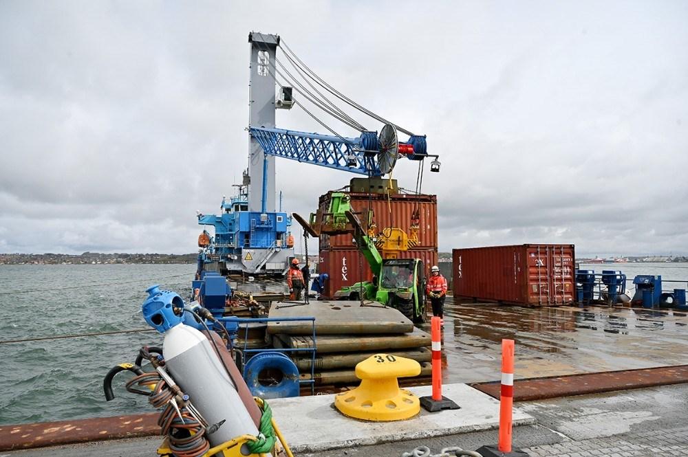Specialskibet Meri ankom med den nye mobilkran. Foto: Jens Nielsen
