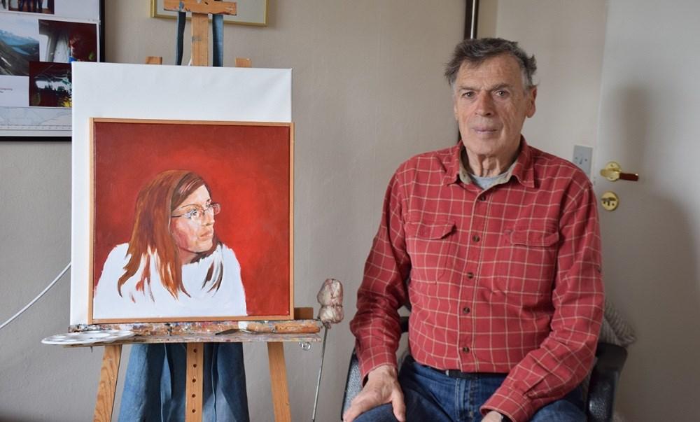 Kjeld Nielsen med en af sine skitser. Foto: Gitte Korsgaard.