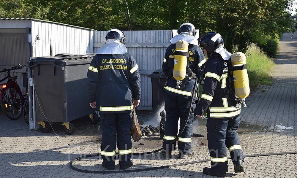 Torsdag morgen var Vestsjællands Brandvæsen en tur forbi Eventyrhuset i Kalundborg, da en affaldscontainer var brændt ned. Foto: Gitte Korsgaard.